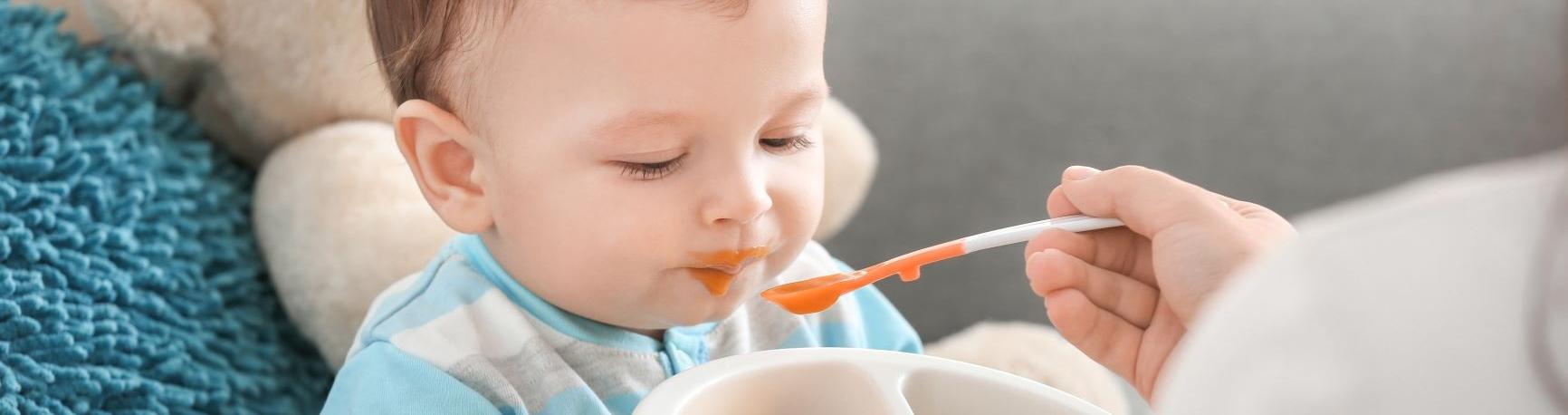 תינוק אוכל מחית בכפית
